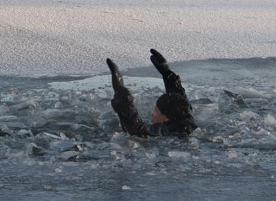 Двое мужчин провалились под лед в Кирилловском районе