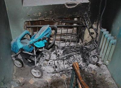 В вологодской пятиэтажке подожгли детские коляски