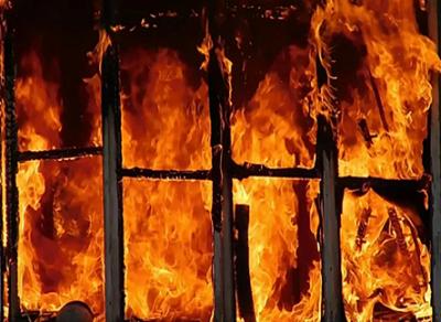 Пожарные спасли двух человек из горящего здания в Вологде