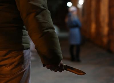 Неизвестный ударил девушку ножом в спину прямо на улице