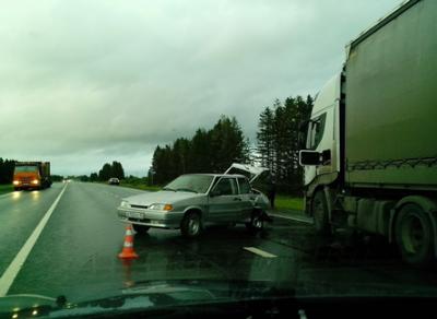 В Вологодской области легковушка столкнулась с двумя грузовиками